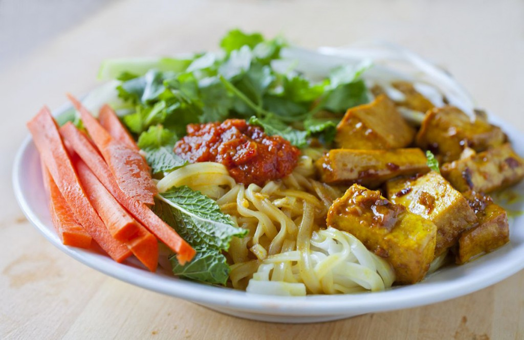 vietnamese rice noodle salad with curried lemongrass tofu